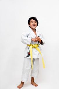空手着姿で笑う子供の写真素材 [FYI01423554]