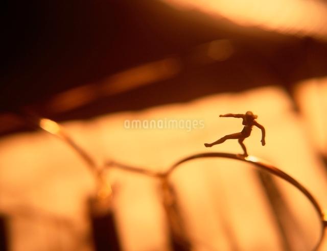 眼鏡のフレームの上の人形の写真素材 [FYI01423578]