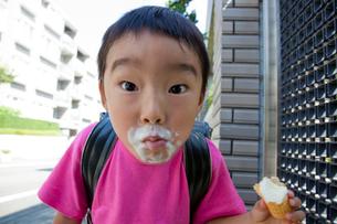 アイスクリームを食べる小学生の写真素材 [FYI01423617]