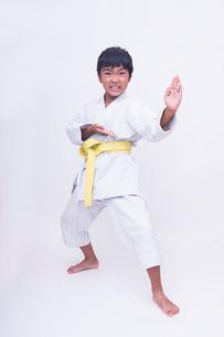 空手のポーズをする子供の写真素材 [FYI01423625]