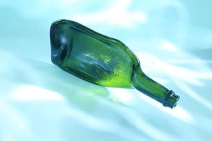 波紋の光の当たった潰れた緑の瓶の写真素材 [FYI01423632]