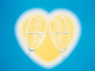 ハートと2個のグラスの写真素材 [FYI01423638]