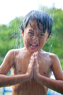 プールのシャワーを浴びる少年の写真素材 [FYI01423644]