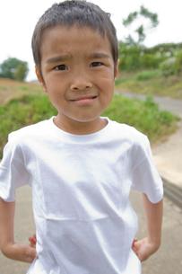 面白い顔をする男の子の写真素材 [FYI01423646]