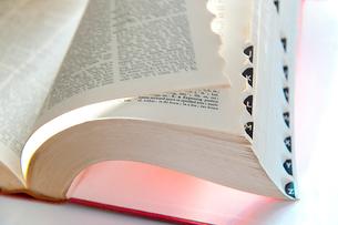 英文の辞書ページを捲るの写真素材 [FYI01423649]