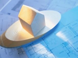 住宅模型と設計図の写真素材 [FYI01423651]