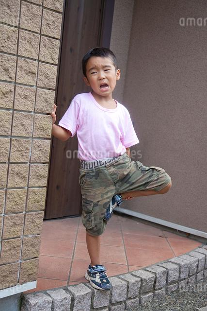 玄関前で泣く男の子の写真素材 [FYI01423693]