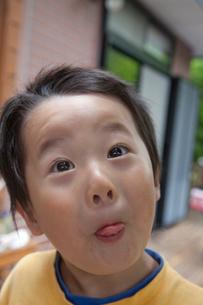 おどけた顔をする男の子の写真素材 [FYI01423791]