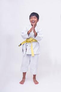 空手着姿で笑う子供の写真素材 [FYI01423794]