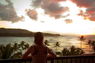 夕日を眺めるシニアの写真素材 [FYI01423873]