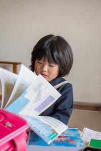 教科書を見る一年になった子供の写真素材 [FYI01423880]