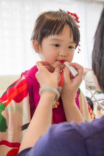 口紅を塗ってもらう女の子の写真素材 [FYI01423882]