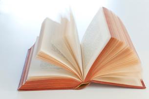 ページが捲れる英文の本の写真素材 [FYI01423937]