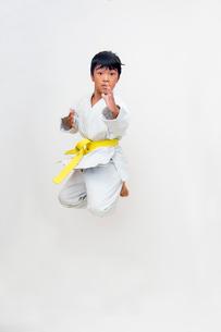 空手着姿飛び上がる子供の写真素材 [FYI01423956]