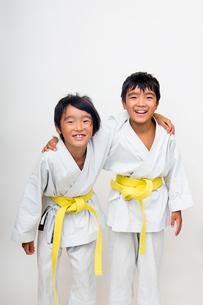 空手着姿で笑う二人の子供の写真素材 [FYI01423966]