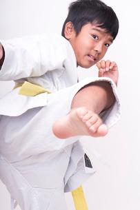 空手の蹴りを入れる子供の写真素材 [FYI01424037]
