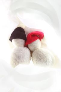 赤い帽子を被った2つの毛糸の雪だるまの写真素材 [FYI01424050]