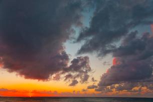 夕焼け空と海の写真素材 [FYI01424057]