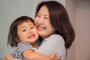 子供に頬ずりする母親の写真素材 [FYI01424127]