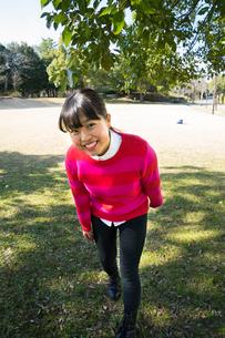 ピンク色のセーターを着て笑う女性の写真素材 [FYI01424156]