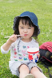 かき氷を食べる女の子の写真素材 [FYI01424252]