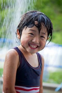 プールのシャワーを浴びる少女の写真素材 [FYI01424312]