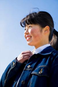 右手を胸元にあて笑う女性の写真素材 [FYI01424325]