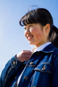 右手を胸元にあて笑う女性の写真素材 [FYI01424334]