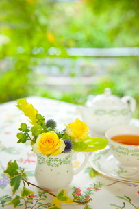 テラスでのティーと花アレンジの写真素材 [FYI01424367]
