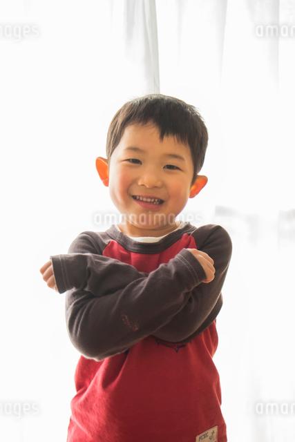 腕を組み笑う男の子の写真素材 [FYI01424418]