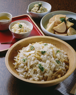 竹の子御飯と若竹煮と木の芽和えの写真素材 [FYI01424485]