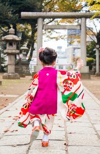 着物姿で走る女の子の写真素材 [FYI01424500]