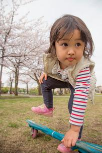 スケートボードに乗る女の子の写真素材 [FYI01424563]