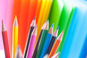 カラフルなペーパーと色鉛筆の写真素材 [FYI01424583]