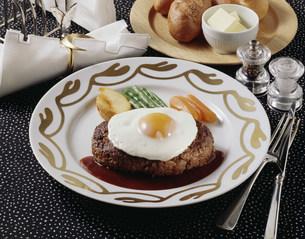 ハンバーグステーキ玉子のせの写真素材 [FYI01424597]