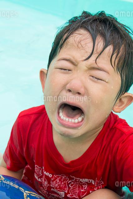 プールで泣く男の子の写真素材 [FYI01424649]