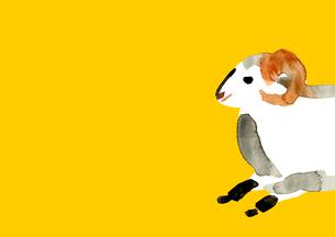 黄色地右から走り出す羊のイラスト素材 [FYI01424666]