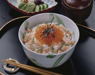 鮭とイクラの親子丼の写真素材 [FYI01424735]