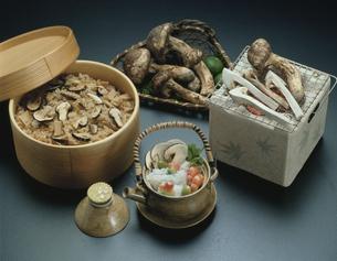 松茸ご飯と土瓶蒸しと焼松茸の写真素材 [FYI01424796]
