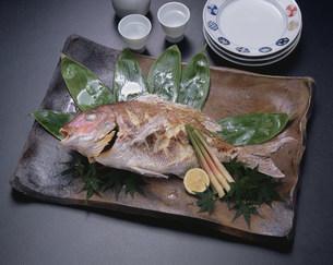 鯛の塩焼き尾頭付きの写真素材 [FYI01424812]