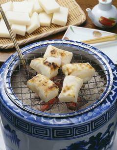 火鉢で焼くお餅の写真素材 [FYI01424860]