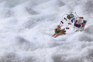 雪の上のサンタクロースとトナカイの写真素材 [FYI01424901]