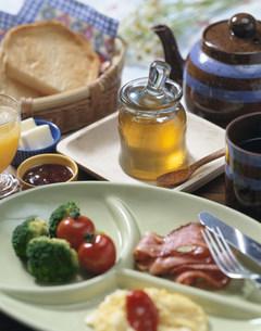 ハチミツがある朝食の写真素材 [FYI01424994]