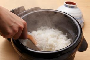 釜で炊いたごはんの写真素材 [FYI01425016]