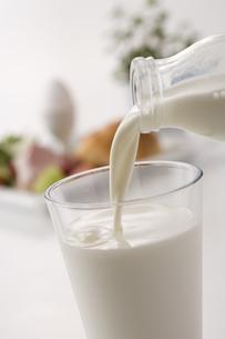 グラスにそそぐ牛乳の写真素材 [FYI01425066]