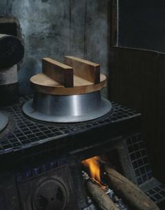 かまどで炊く御飯の写真素材 [FYI01425074]