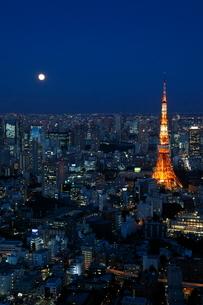 夜景・東京タワーと満月の写真素材 [FYI01425149]