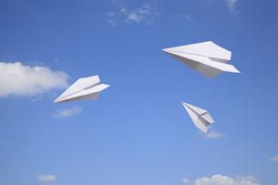 青空と紙飛行機の写真素材 [FYI01425164]