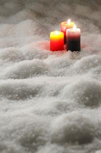 雪の上のキャンドルの写真素材 [FYI01425293]
