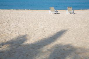 海岸に並んだ二つの椅子の写真素材 [FYI01425314]